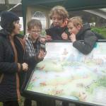 Informatiepaneel Faunapassages gemeente Amsterdam, schoolkinderen met toenmalig wethouder Nevin Ozutok